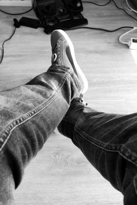 wit-en-zwart-benen-gekruist-ontspannen-3978020